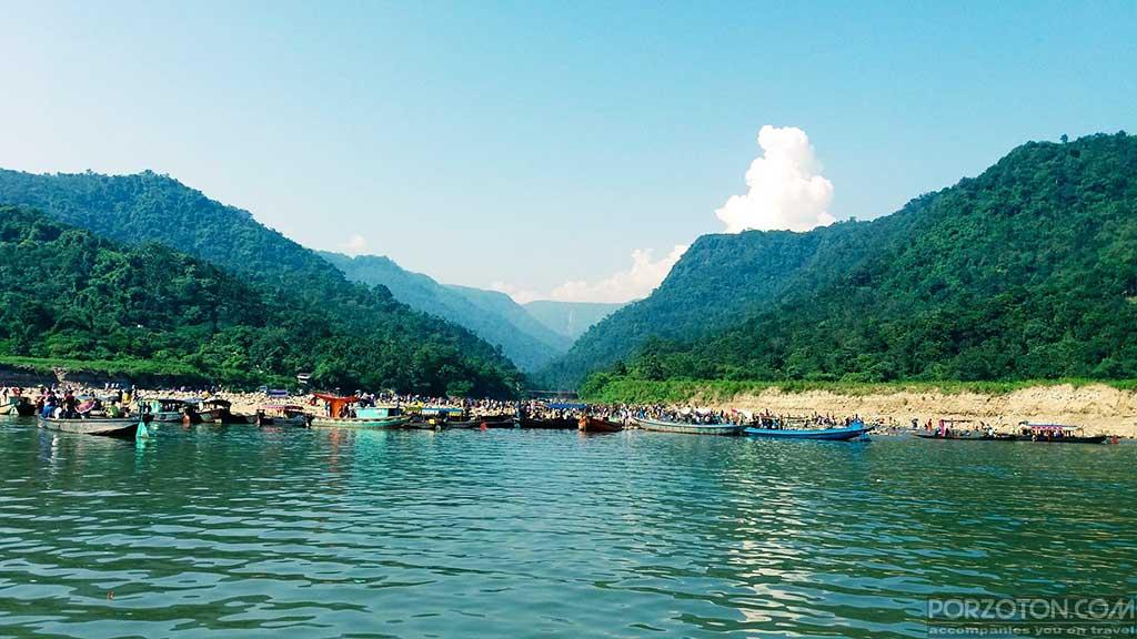 Bichanakandi pic of tourists with small boats.